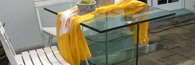 Die Vor- und Nachteile von Glasmöbeln auf dem Balkon